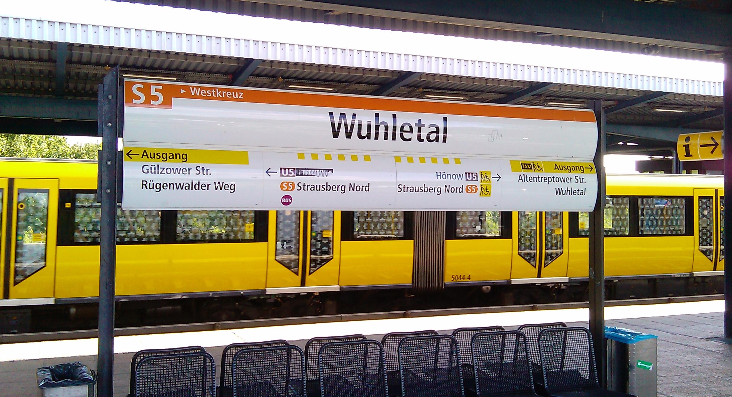 Bahnhof_Berlin-Wuhletal_Station_Sign_of_S-Bahn_in_BVG_Corporate_Design